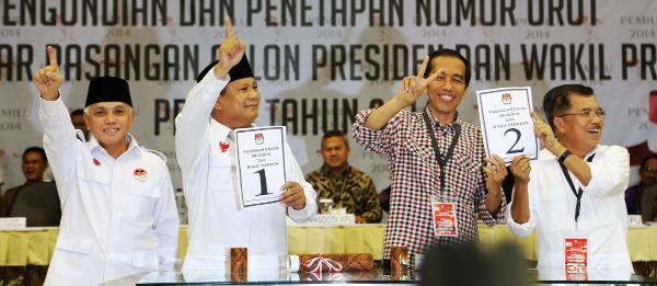 Les deux tickets présidentiels à Jakarta au moment du tirage au sort de leur numéro pour l'élection, le 1er juin dernier. De gauche à droite, Hatta Rajasa et Prabowo Subianto, Joko Widodo et Jusuf Kalla. Crédit: setkab.go.id