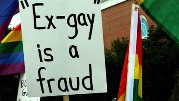 Pancarte contre les «thérapies de conversion» lors d'une manifestation à Wheaton, Illinois. («L'idée d'ex-homosexuel est une imposture.»). Crédit DR