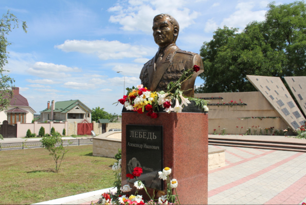 Les vétérans et officiels ont fleuri le buste du général Lebed, dont la 14ème armée qui a porté assistance aux indépendantistes de Transnistrie en 1992. Crédit photo Pierre Sautreuil