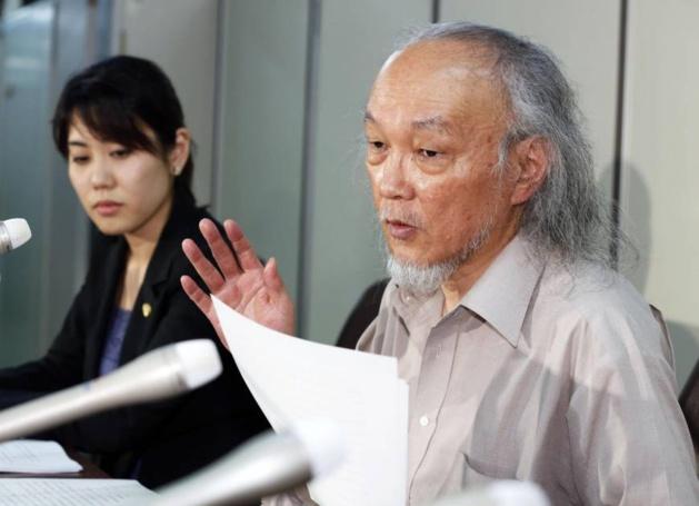 Hisao Seto, l'avocat de la plaignante, s'adresse aux journalistes à Tokyo après que la Cour Suprême a statué que les étrangers, même s'ils sont résidents permanents, sont inéligible aux aides sociales. Crédit Japan Times