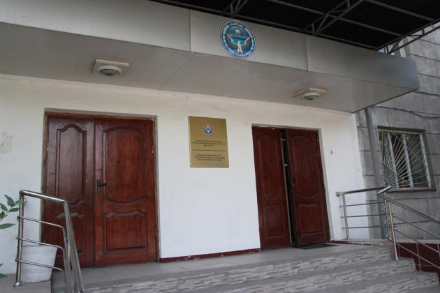 La façade de l'Institut national des études stratégiques de la République kirghize à Bichkek. Crédit Novastan.org