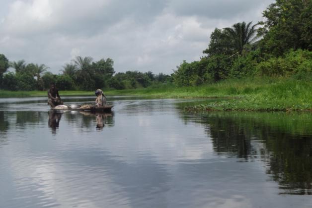 Deux habitants du village sur la pirogue. Crédit Clara Robert de Treglode