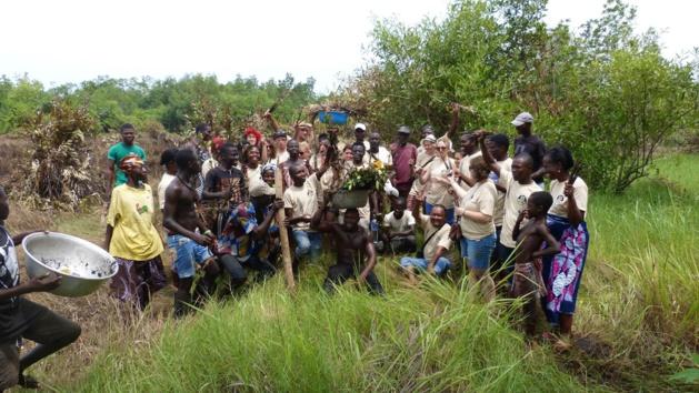 Plantation d'arbres avec l'association  « Eco Bénin ». Crédit Clara Robert de Treglode