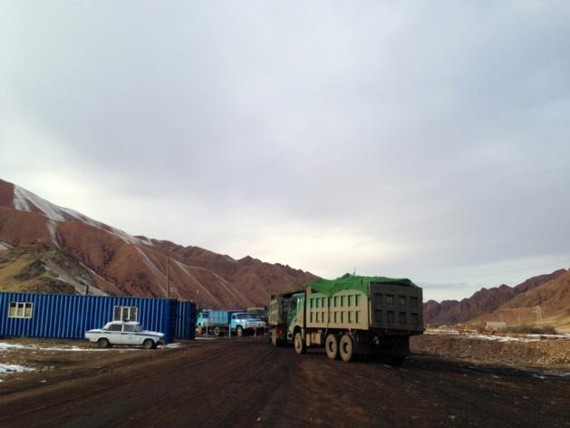 Le point de contrôle installé par la police sur la route vers la mine de Kara-Keché permet de réguler le nombre de camions et d'empêcher les petits véhicules d'aller se procurer du charbon - Crédit : Anatole Douaud