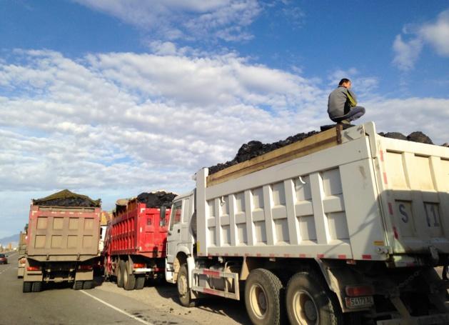A Kemin, près de Bichkek, les camions chargés du charbon de Kara-Keché attendent le contrôle du poids de leur engin afin de pouvoir accéder à la capitale, en octobre dernier - Crédit : Anatole Douaud