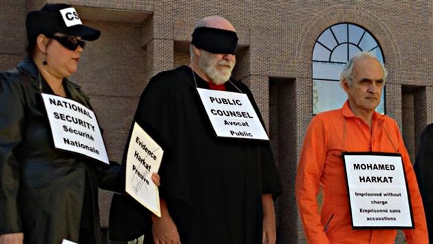 mise en scène des proches de Mohamed Harkat lors d'une manifestation, crédit René Hardy