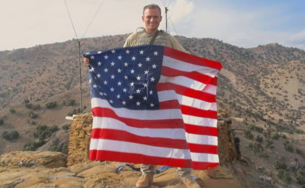 Sean balançando com a bandeira americana no Afeganistão