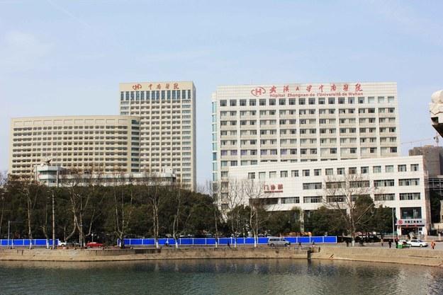 Hôpital universitaire de Wuhan. Crédit Wiki commons Crédito: Hospital universitario Crédito wiki commons