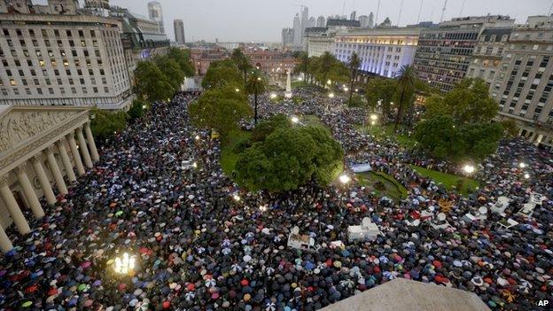 """Manifestação na """"Plaza de Mayo"""", 18 de fevereiro de 2015. Crédito: BBC"""