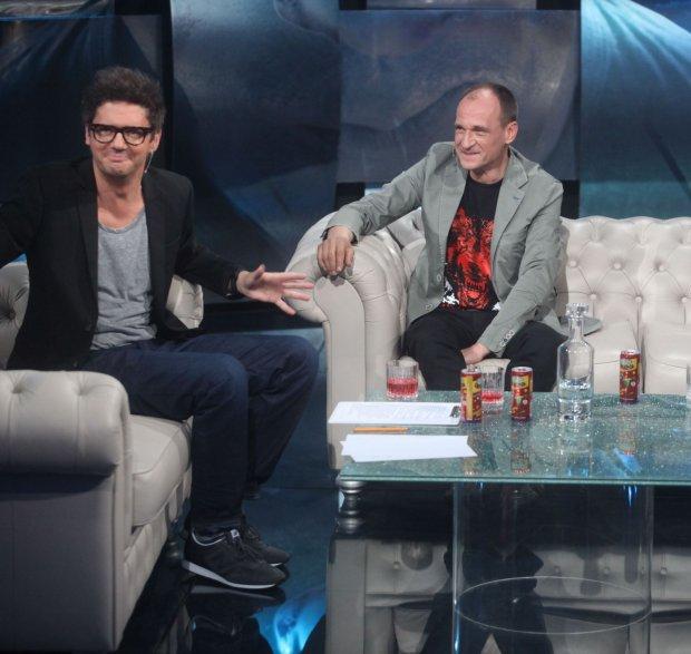 A gauche, le présentateur Kuba Wojewódzki face à son invité Paweł Kukiz à droite. Crédit TVN/X-News