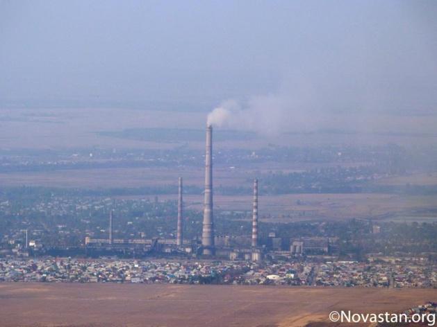"""La """"Tets"""" avec sa cheminée de 320m à Bichkek assure tout le chauffage et l'eau chaude de la capitale kirghize, qu'elle fournit également un peu en électricité. Crédit : Anatole Douaud"""