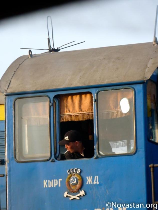 Une locomotive bleue aux insignes de l'URSS à Balykchy, au Kirghizstan. Crédit : Anatole Douaud