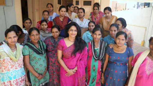 le Dr Patel et des mères porteuses de sa clinique- Crédit : SWNS