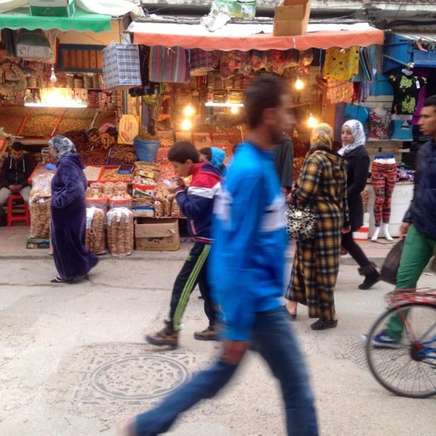 Marchant par des vendeurs de dattes et de noix dans la médica d'Essaouira - Crédit : Jenny Gustafsson