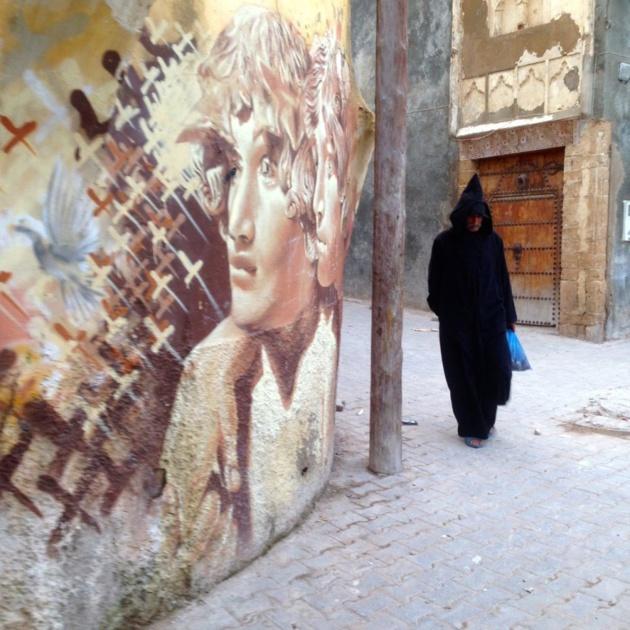 Un homme marchant dans la médina d'Azemmour, où les artistes de rue ont décoré les rues - Crédit : Jenny Gustafsson