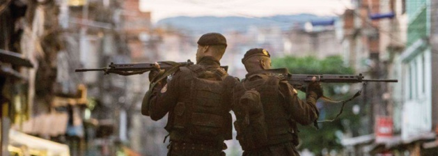 Batalhão das forças especiais de polícia, BOPE, em patrulha em uma favela do Rio de Janeiro. Crédito : DR