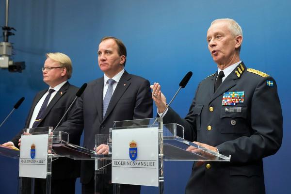 O ministro da Defesa sueco Peter Hultqvist, o Primeiro ministro Stefan Löfven et o chefe militar Sverker Göranson - Crédito Regeringskansliet : Martina Huber