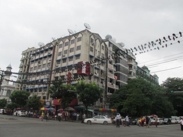 Déambulant dans les rues de Yangon. Crédit : Gemma Kentish
