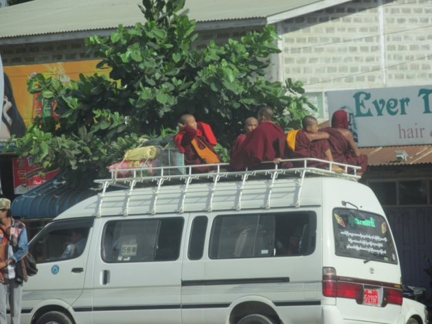 Moines bouddhistes à travers la ville. Crédit : Gemma Kentish