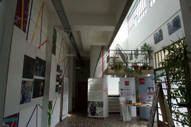 Le hall de la Maison, en ce moment occupé par l'exposition « Alep Point Zéro » du photojournaliste syrien Muzaffar Salman. Crédit Lucas Chedeville