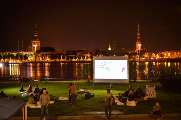 Projection à ciel ouvert durant le Riga City Festival 2014. Crédit screencitylab.net