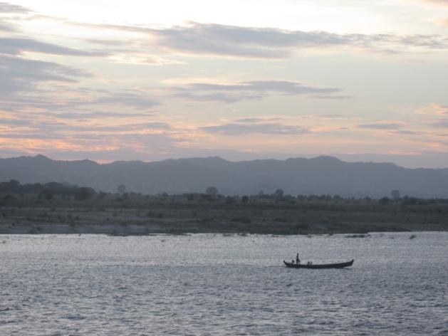 Pôr do sol no rio de Irrawaddy. Crédito : Gemma Kentish