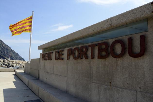 L'entrée du port où flotte le drapeau catalan. Crédit Auriane Guiot