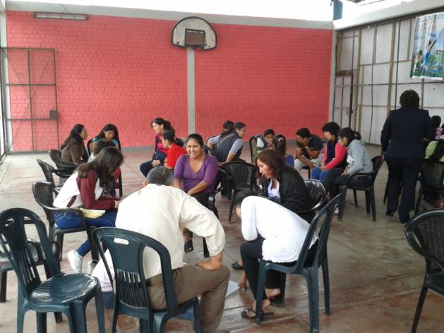 Taller con unos padres en el colegio de Villa El Salvador. Crédito Sylvain Godoc