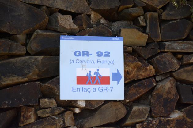 Au nord de la ville, le GR-92 oriente les marcheurs en direction de la France. Crédit Auriane Guiot