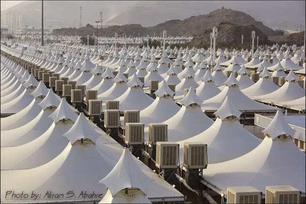 Installation de tentes à Mina en Arabie Saoudite pour accueillir les pèlerins de la Mecque. Crédit Akram S. Abahre
