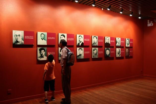 Salle dans le musée du premier congrès national du Parti communiste chinois avec les photos des 13 premiers membres et 2 observateurs - Crédit Eugénie Rousak