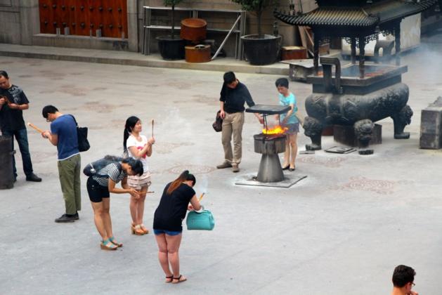 Rites des croyants dans le temple bouddhiste de Jing'an - Crédit Eugénie Rousak