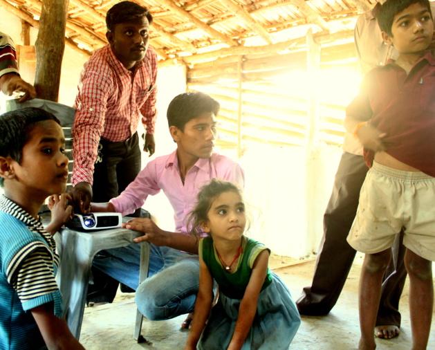 Videoproiettore alimentato a energia solare in una scuola di una zona rurale dove l'accesso all'energia elettrica è  difficile. Fonte Selco India
