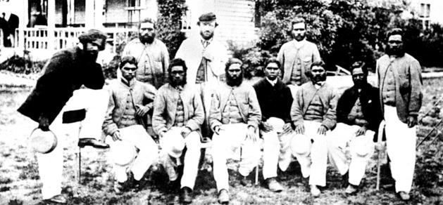 Tom Wills, reconnaissable à sa casquette, debout au second rang, entouré des aborigènes qui composaient son équipe de cricket – Crédit Wikimedia Commons