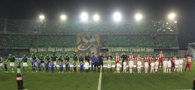 Ambiance et tension avant le début du match, le 19 décembre 2015, devant l'aficíon bética – Crédit : Miguel Angel Morenatti (Diaro AS)