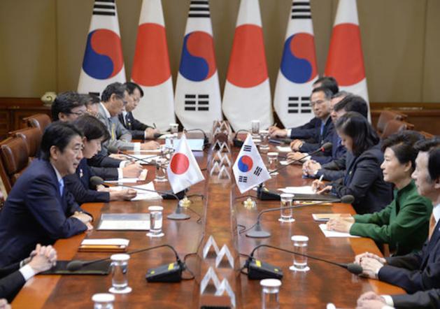 Rencontre entre le Premier ministre Shinzo Abe japonais et la présidente sud coréenne Park Geun Hye, le 2 novembre 2015 à Séoul (Crédits Song Kyung Seok)