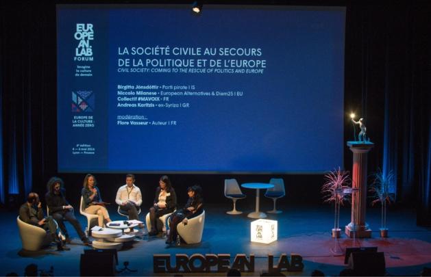« La société civile au secours de la politique et de l'Europe » était le thème de la conférence inaugurale, qui s'est déroulée en présence des représentants du Pirate Party, d'European Alternative, du Collectif #MAVOIX et d'Andreas Karitzis, ex-membre du parti Syriza. Crédit Côme Rollet.