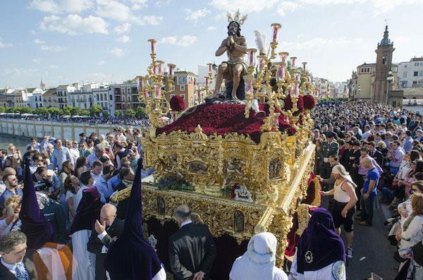 Passage de la procession de « La Estrella » sur le Pont de Triana à Séville. Crédit : Kiko Jiménez/istockphoto
