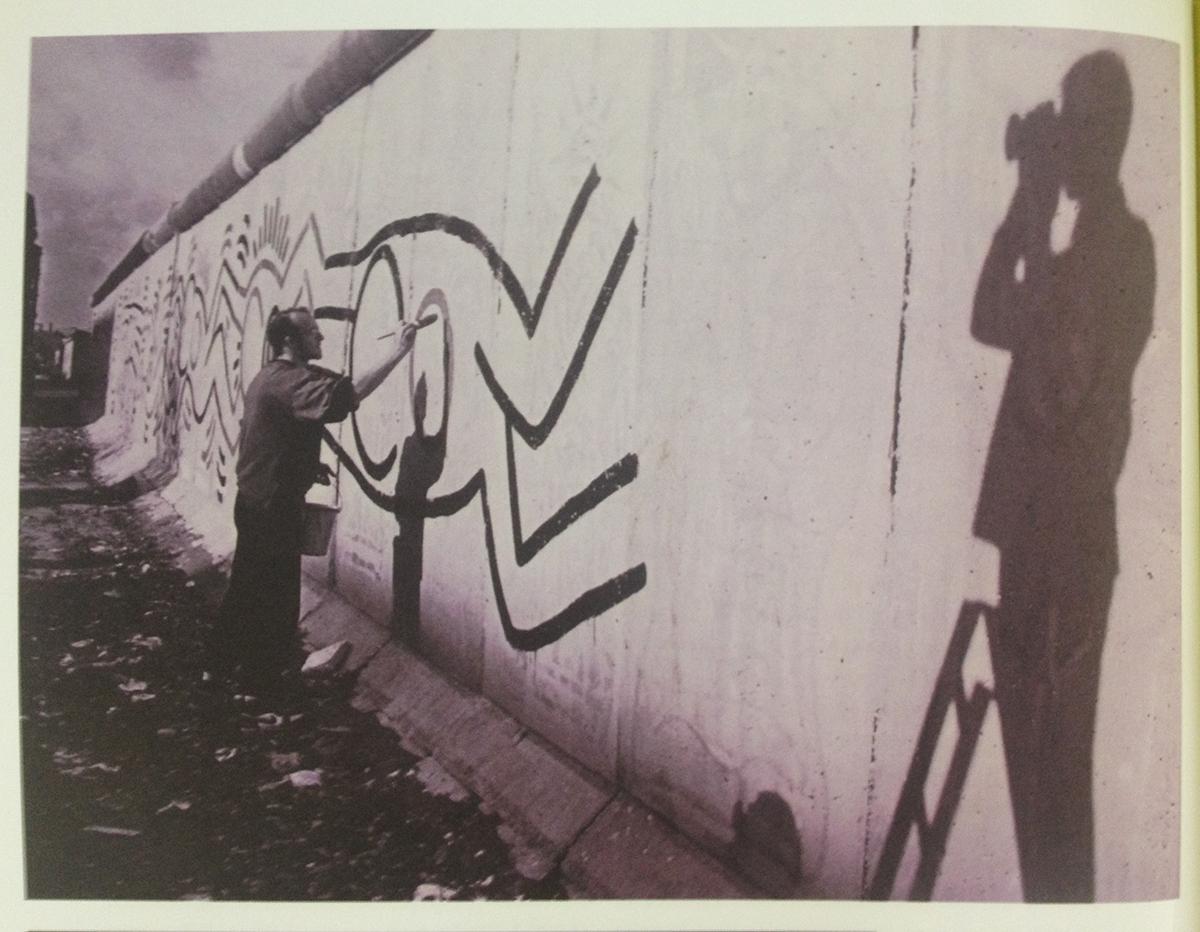 Image d'archive : Thierry Noir, peignant le Mur de Berlin en 1984 -  Photo issue du Livre B-Movie Lust & Sound, de Mark Reeder, Berlin 2015