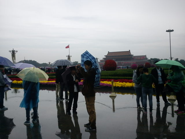 Rain on National Day, Tiananmen Square, Beijing | Credits : Le Journal International
