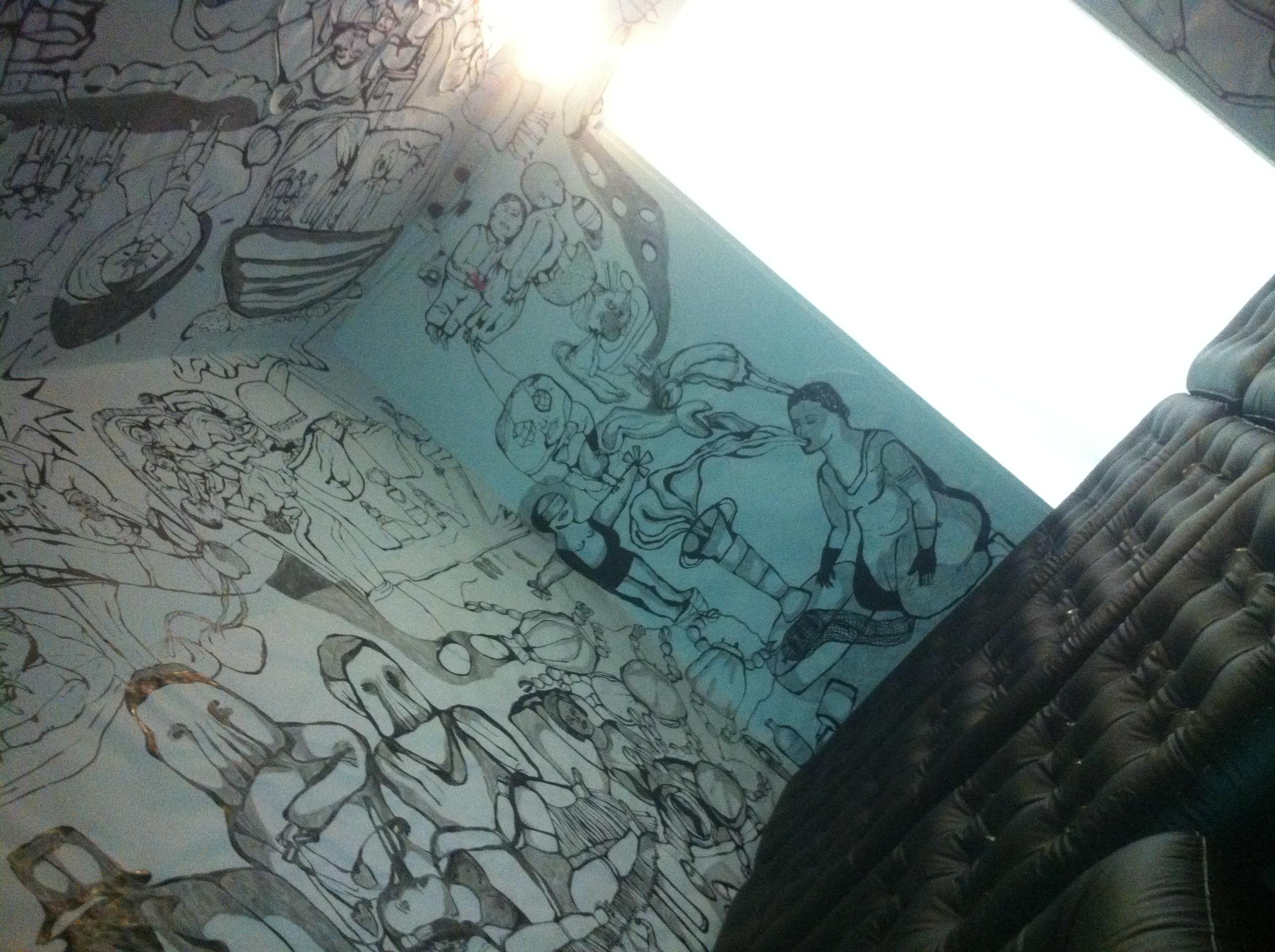 La pièce bande dessinée : pièce tapissée de matelas gonflables au sol, aux murs et plafond couverts d'une bande dessinée sans dialogues ni suite logique. A l'entrée de la pièce : « Please, remove your shoes » | Crédits photo -- Thibaut de Montbron