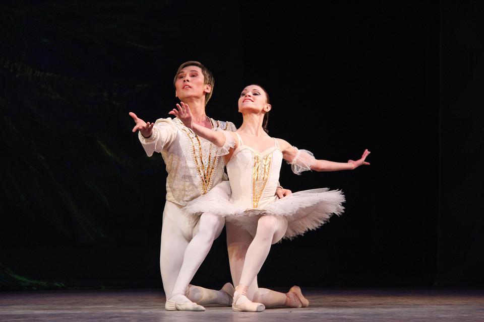 Zarema Khairullina et son partenaire de scène, Marat Sydykov, dans Casse-noisette. | Crédits photo -- operaballet.lg.kg