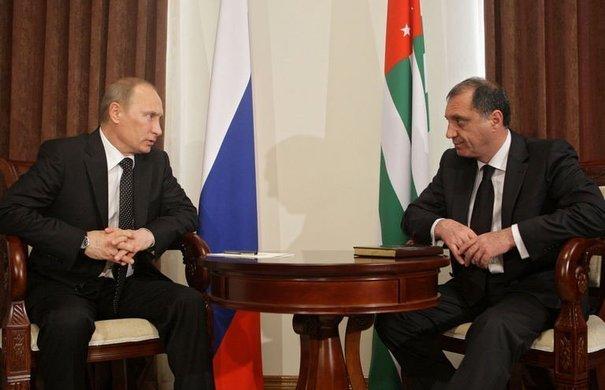 Vladimir Poutine et Sergueï Chamba (Premier ministre abkhaze) | Crédits Photo -- AFP/Alexey Druzhinin