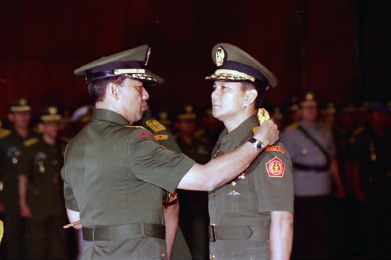 Le général  Wiranto, commandant en chef de l'armée indonésienne, retire ses galons au lieutenant-général Prabowo le 23 mai 1998. Crédit : thejakartapost.com