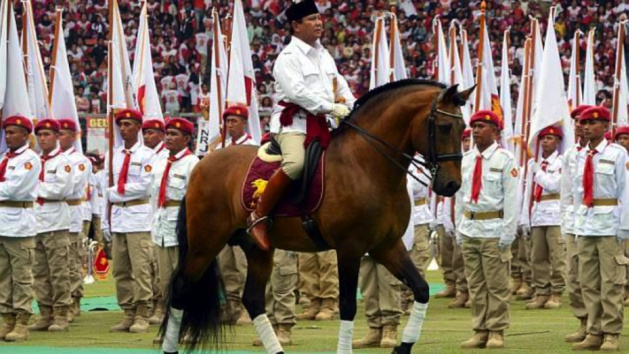 "During a giant meeting.in a stadium of Djakarta on March 23rd,  Prabowo Subianto reviews ""his troops ». Credit : AF"