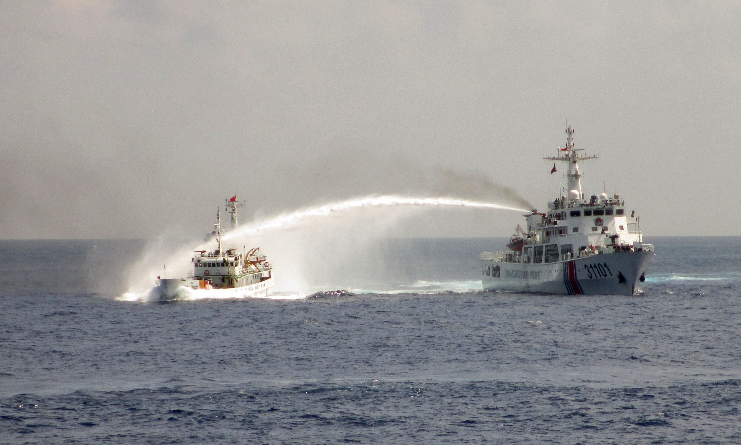 Mer de chine méridionale, le 2 mai. Un bateau chinois (à droite) s'accroche avec un bateau vietnamien dans une zone disputée entre leurs deux pays. Crédit AFP/Vietnamese foreign ministry