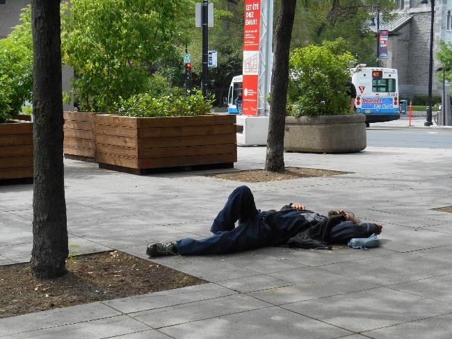 Un sans-abri allongé dans une rue de Montréal. Crédit : Laurine Benjebria, juin 2014