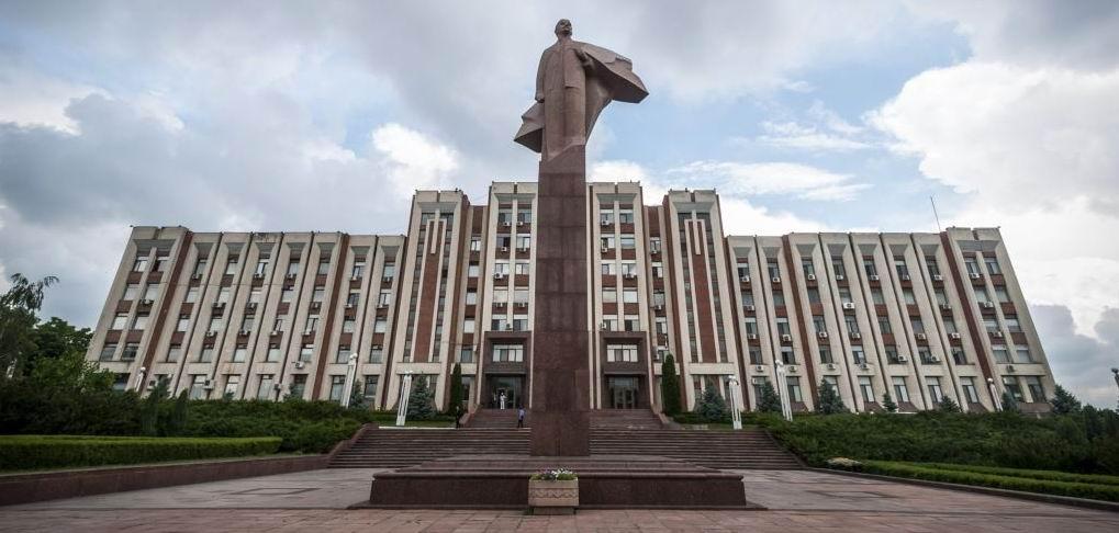 Palais du gouvernement à Tiraspol. En premier plan une statue de Lénine. -- Crédit DR