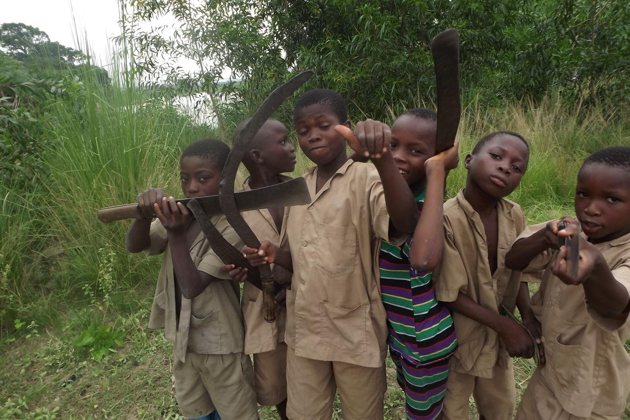 Quelques élèves de l'école primaire de Togbota pendant l'âpres midi « fauchage ». Crédit Clara Robert de Treglode