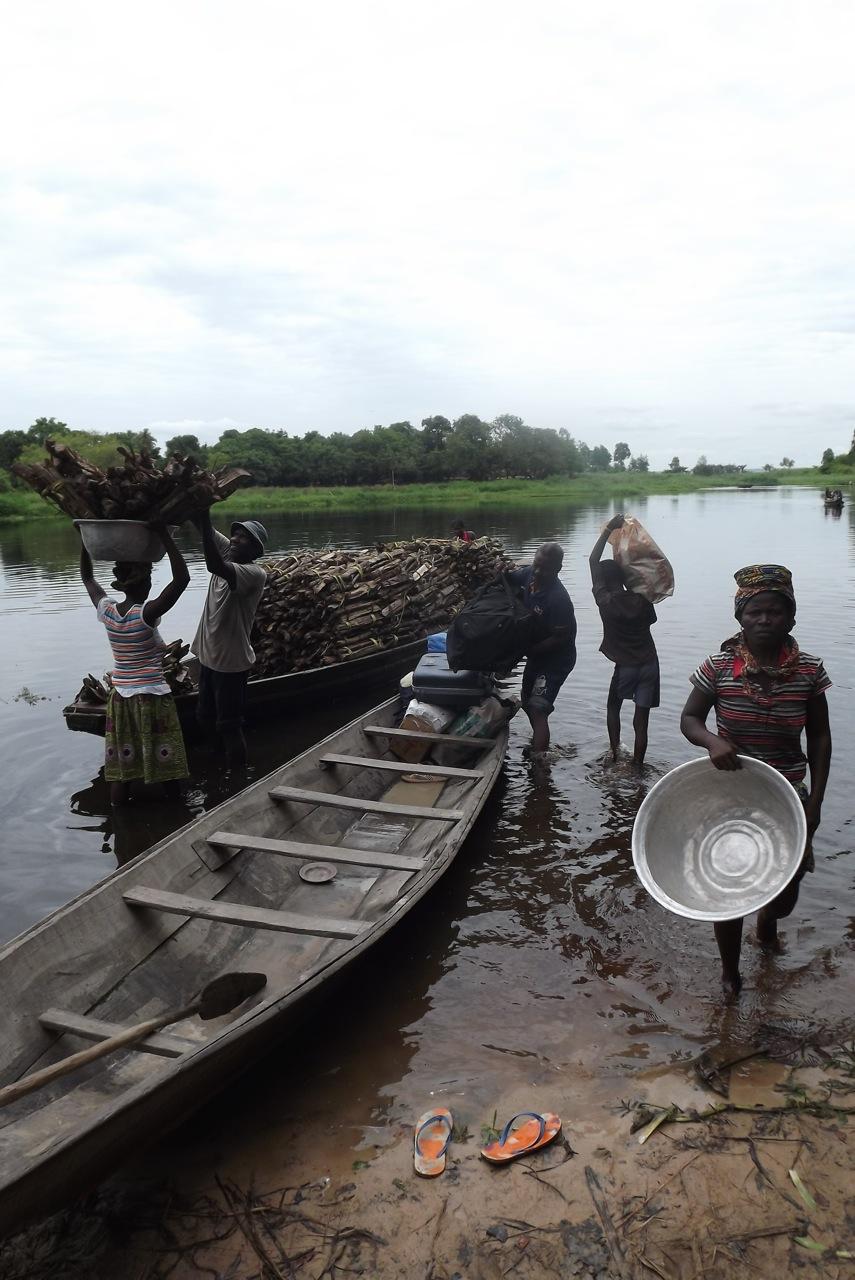 Chargement de la pirogue pour partir à Togbota. Crédit Clara Robert de Treglode